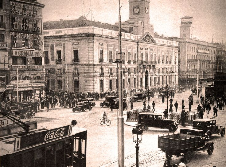 En el siglo XIX la ciudad de Madrid experimentaría una gran cantidad de cambios que afectarían a su fisonomía. Probablemente el mayor cambio se produjo debido a una serie de desamortizaciones realizadas por Mendizábal, Espartero y Madoz, mediante las cuales se demolieron recintos religiosos y se edificaron en su lugar viviendas y hoteles.. La Puerta del Sol - Ayuntamiento de Madrid, 1929 - Portal Fuenterrebollo