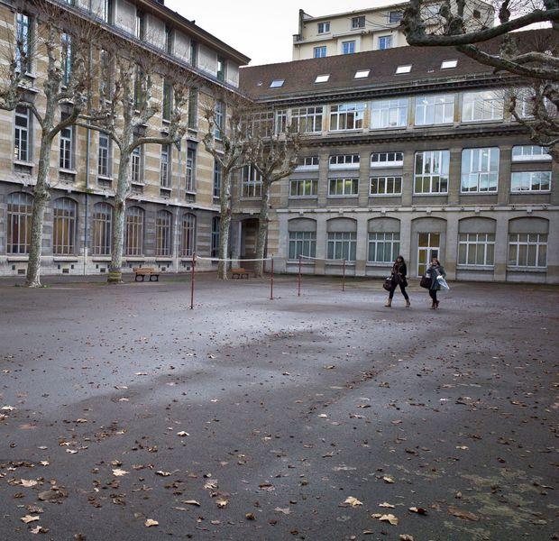 Expliquer l'inexplicable. Encore. Ce lundi, les élèves de France retournent en classe pour la première fois depuis les attentats qui ont touché Paris vendredi. Un moment compliqué pour les enseignants, qui vont devoir gérer émotions et demandes d'explications. Témoignages.