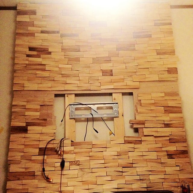 女性で、2DKのディアウォールで壁をつくる/壁掛けTV用の金具を取り付けたところ/杉材…などについてのインテリア実例を紹介。「ディアウォールコンテスト用に画像再投稿です(暗かったので明るさを少し調整しました)。 賃貸でもTVを壁掛けにしたい、でも壁に穴を開けたくない、ということでディアウォールの使用を思いつきました。 更に柱が丸見えなのは避けたかったので2×4材の上から合板をあてがい擬似壁を作ろう… ただの壁じゃ面白くないからエコカラット風にしてみよう… となり、こんな感じになりました。  」(この写真は 2015-07-07 08:37:18 に共有されました)