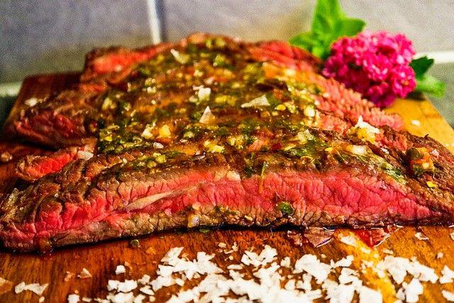 Flankstek är en fantastisk köttbit med fin textur och mycket smak. Rätt tillagad blir den också otroligt mör. Till flanksteken serverar vi en enkel och riktigt god chimichurri som passar utmärkt till nötkött.
