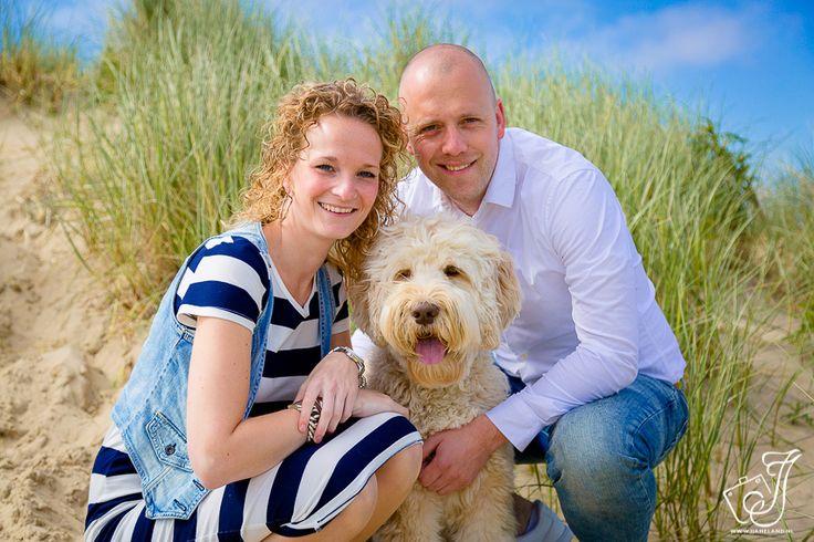 Een prachtige fotoshoot mogen doen van dit leuke stel en hun geweldige hond Mik! Niels en Liselotte waren op vakantie op Ameland, waar ze een leuke strand fotoshoot van hun zelf en hun hond wilden laten doen.