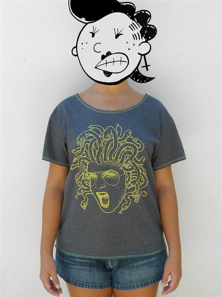 http://www.agentestampa.iluria.com  -Estampa 'MEDUSA' -Camiseta feminina -Tamanho ÚNICO -Modelagem 't-shirt básica' -Decote careca -Composição do tecido: 50% poliéster 50% algodão -Aparência do tecido: mesclado