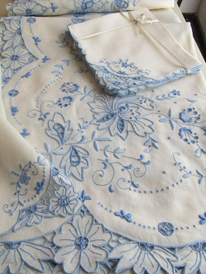 Toalha de mesa bordada com richelieu ref.07190 - temos disponível em várias cores Photo: Bordal