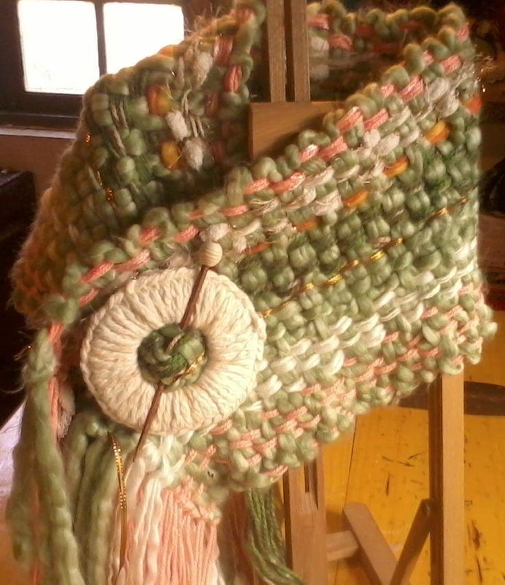 Chal para los hombros,  con lana natural, lana reciclada, hilos y sedas. Telar manual.