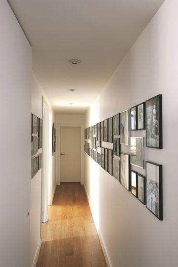 Accumulation de cadres pour décorer ce long couloir. Plus de photos sur Côté Maison http://petitlien.fr/7h7h.