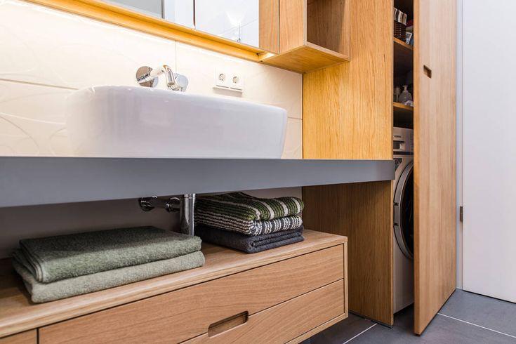Badezimmerdetail mit Waschbecken und Unterschrank aus Holz (di Büro Köthe)