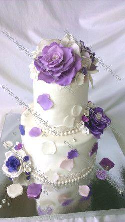 Торт свадебный с фиолетовыми розами и гортензией.