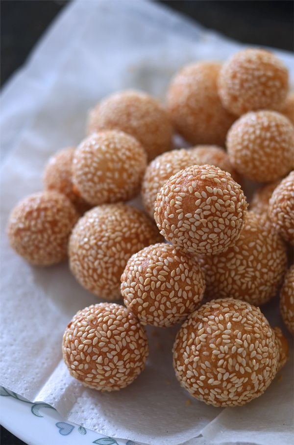 Bánh Cam / Bánh Rán Recipe (Vietnamese Fried Sesame Balls) Ingredients Outer Shell (Vỏ) 4 oz sweet (glutinous) rice flour 0.75 oz rice flour 0.75 oz all-purpose wheat flour 5 TBS potato flakes 1.6 oz sugar ½ cup warm water (plus ~2 TBS + 2 tsp later to reach desired consistency) ½ tsp salt