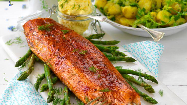 Sätt enkelt piff på laxen med en marinad och servera med ett läcker kryddsmör på lime och dill. Perfekt bjudrätt!