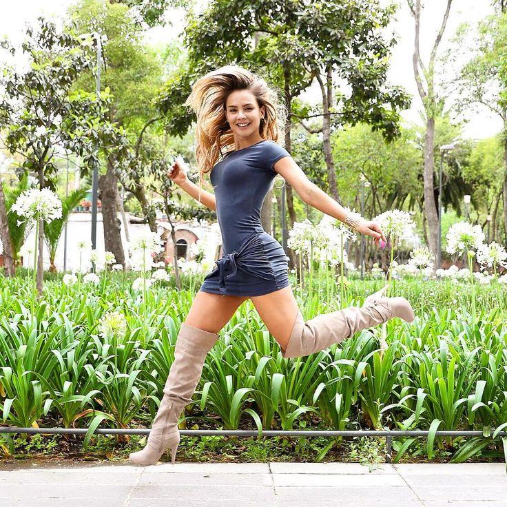 "27.4 mil Me gusta, 543 comentarios - Ximena Cordoba (@ximenacordoba) en Instagram: ""BESOS 💋💋💋❤️❤️❤️ Foto @hectorfoto01 Vestido @instylshop"""