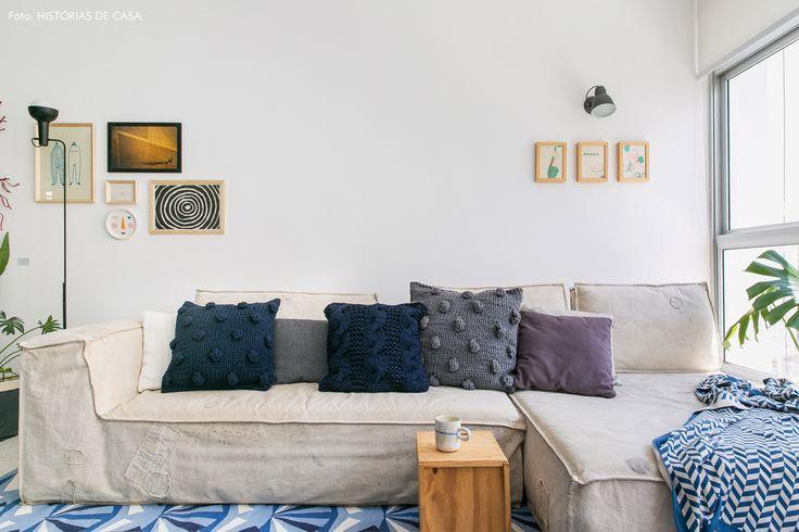 sala de estar com sofá revestido de lona e almofadas de tricot da marca Srta Galante - matéria em parceria com a https://boobam.com.br/