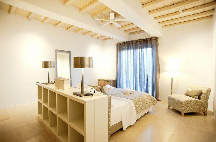 Four autonomous vacation villas in Mykonos, Greece, at the sea front. The villas enjoy private outdoor space and 4 swimming pools. Μύκονος. Τέσσερις αυτόνομες εξοχικές κατοικίες στο παραλιακό μέτωπο Ν. Μύκονος με κοινό περιβάλλοντα χώρο και τέσσερις πισίνες. Nikolas Dorizas Architect Architettura IUAV Venezia Tel: +30.210.4514048 Address: 36 Akti Themistokleous – Marina Zeas, Piraeus 18537