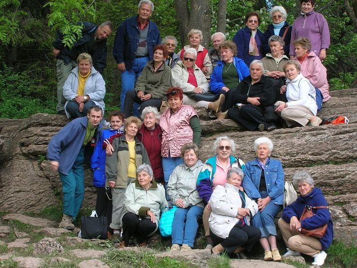Beskidy, wycieczka turystyczna grupy seniorów.