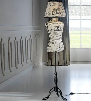 Superbe lampadaire en forme de mannequin.