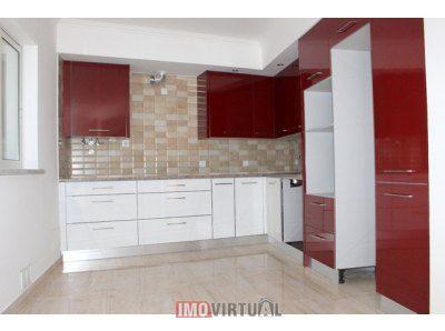 Moradia T2, R/C com cozinha, sala, casa de banho e casa de máquinas.