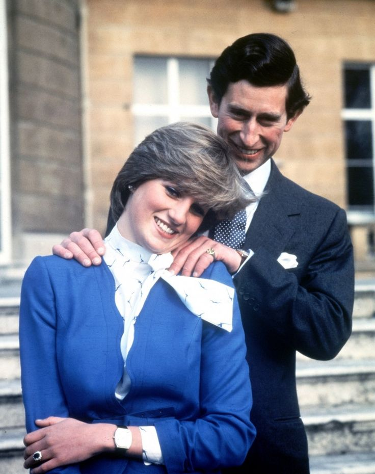 Lady Diana Spencer und Prinz Charles begrüßen die Presse am 24. Februar 1981 ihre Verlobung bekannt zu geben. (AP)