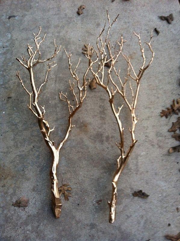 La decoración de invierno más fácil de todas: ramas secas que vuelven a la vida con pintura en aerosol dorada. | 33 formas en que la pintura en aerosol puede hacer lucir más caras tus cosas