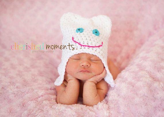 Foto de un recién nacido con un gorro de diente - Que monooooooo