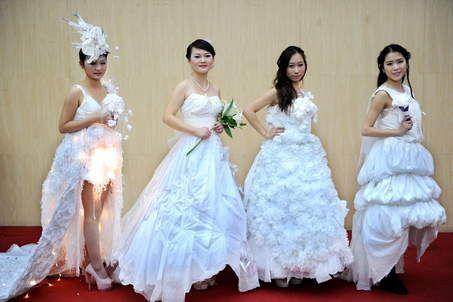 Speciaal: trouwjurken van toiletpapier « vorigevolgende »Chinese studenten van de universiteit in het stadje Hubei kwamen met deze trouwju...