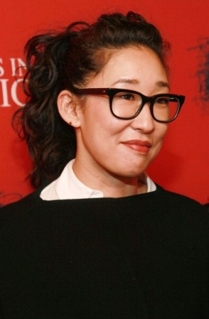 Sandra Oh. So pretty in black and white. A Winter Star indeed. Just because you're asian doesn't mean you should necessarily be wearing earth-tones.
