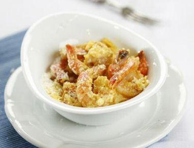 Für die Currygarnelen gefrorene Garnelen auftauen lassen. Die Tomaten häuten, würfeln und beiseite stellen. Die Zwiebel längs halbieren, dann in