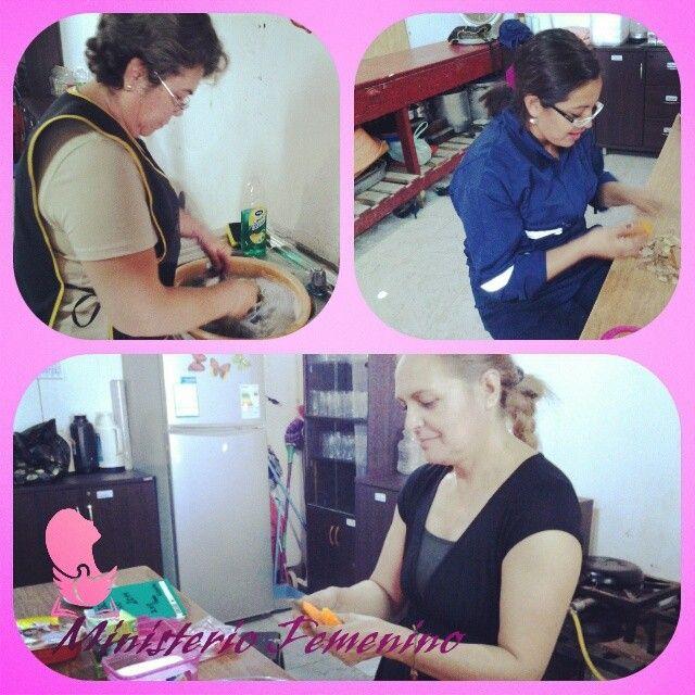 Nuestras hermanas del Ministerio Femenino preparando el Plato Único de hoy