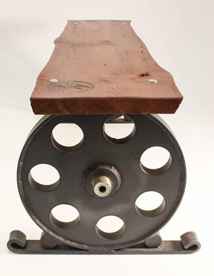 Ławka ze stali jest jednym z pierwszych projektów NORDLOFT a inspiracją do powstania mebla było podwozie lokomotywy parowej.  Do stworzenia mebla użyto ponad 40 letniej deski sosnowej pochodzącej z rozbiórki zabudowań gospodarstwa rolnego.