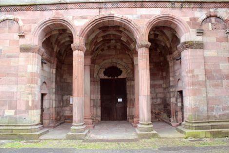 La collégiale de Lautenbach est reconnaissable à son porche aux trois arcades.