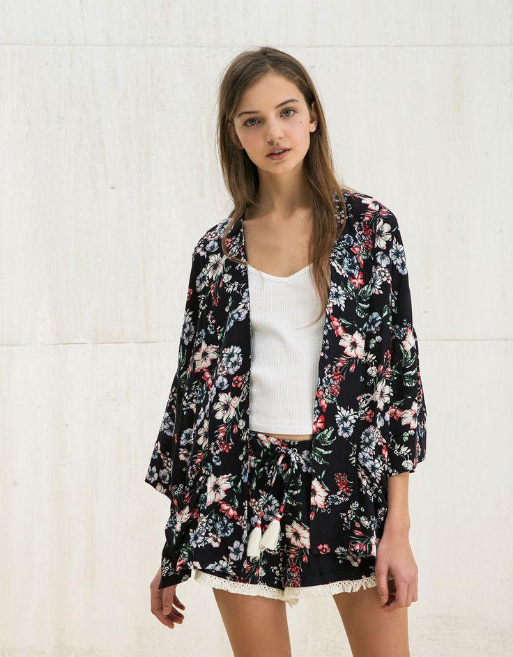 Wzorzyste kimono BSK z lejącego materiału.  Odkryj to i wiele innych ubrań w Bershka w cotygodniowych nowościach