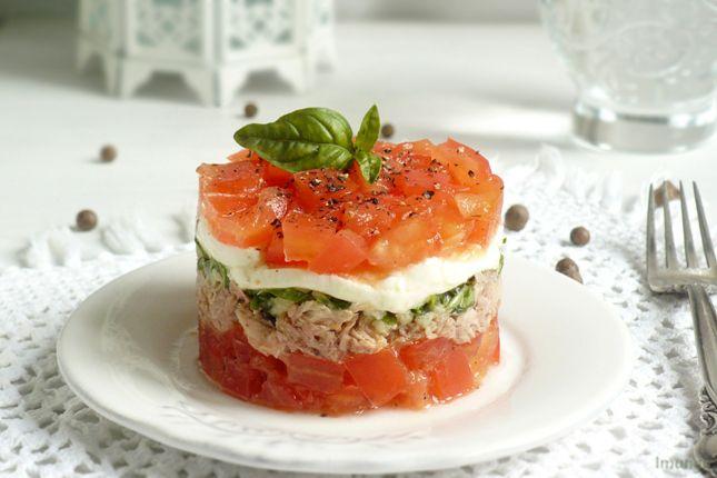 Сегодняшний салат я опять углядела во французском кулинарном журнале. Сочетание продуктов - тунец, чеснок, моцарелла, помидоры - показалось мне немного странным,…