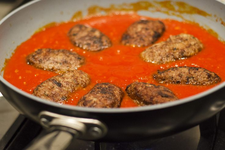 Tijd voor Griekse gehaktballetjes in tomatensaus! Oftewel 'soutzoukakia'. Zelf maken? Volg dit gemakkelijke recept!