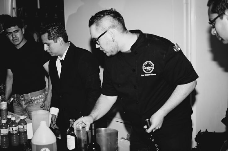 Cena y subasta silenciosa de Black Coffee Gallery, Chef Manuel Bañuelos prepando todo para la gala. Dinner and silent auction of Black Coffee Gallery, Chef Manuel Banuelos prepando all for the event