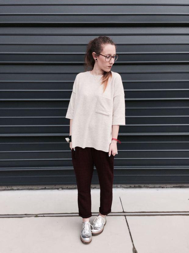 Look total Zara a excepcion de los zapatos tipo Oxford de Bershka, combinando el tono granate con el camel.