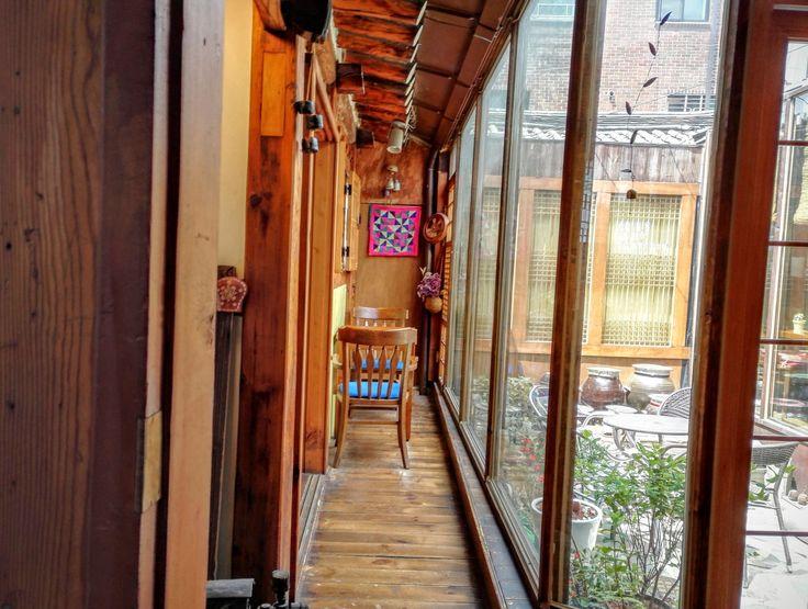 Sicuramente un break consigliato durante la visita a Seoul... Un tè dentro un Hanok. Potrete vivere così, la vita quotidiana della vecchia Seoul.