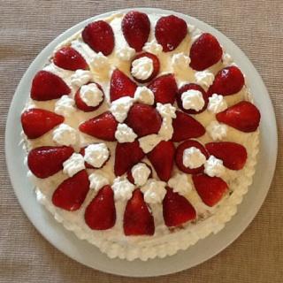Cream and strawberries cake