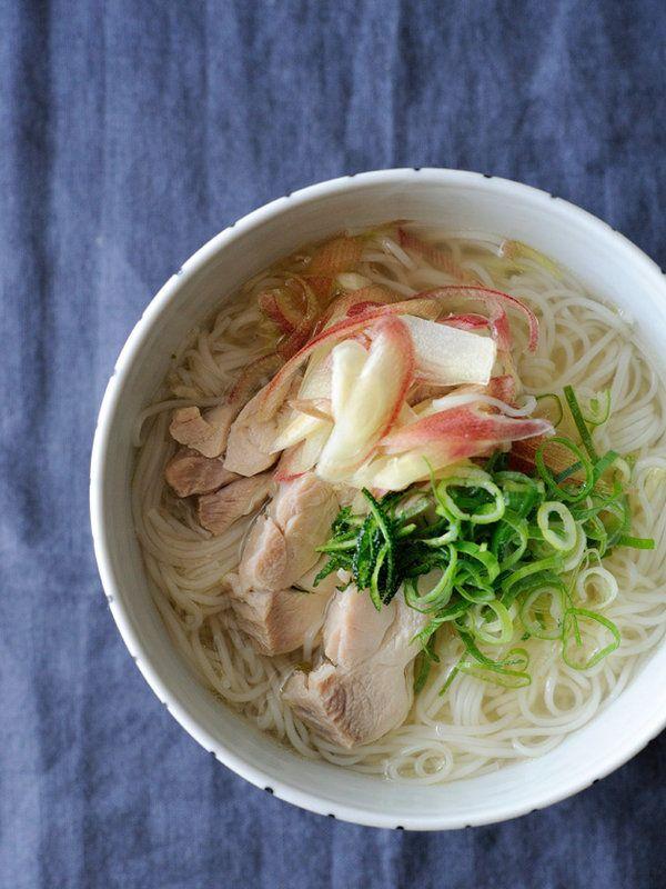 チキンの茹で汁を使って、やさしい旨みがしみわたる一杯が完成! ベトナムのフォーにインスパイアされたアレンジメニューだ。レシピはこちら