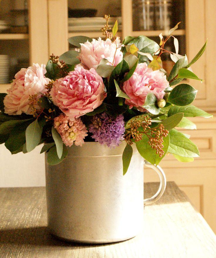 Arreglo floral en una mis cacerolas de cocina