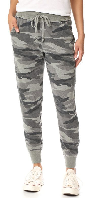 camo active jogging pants by Splendid. Description NOTE: Runs true to size. Please see Size & Fit tab. Relaxed camouflage Splendid sweatpants, styled with r...