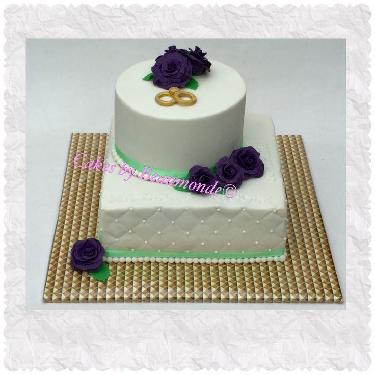 Bruidstaart in vierkant en rond met paarse rozen en diamantpatroon met suiker…