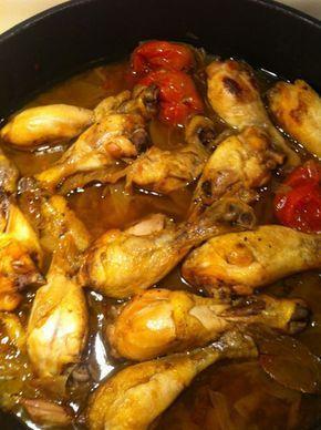 Cómo hacer Pollo rustido. Ponemos una cazuela con todo el aceite y con el fuego muy fuerte. Cuando esté bien caliente, añadimos el pollo y el doramos por