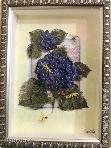 Картина панно рисунок Квиллинг Синяя гортензия с пчёлками Бумажные полосы фото 1