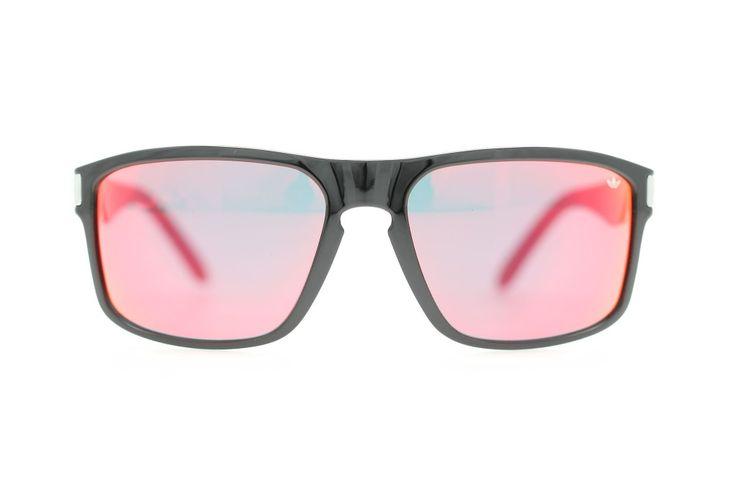 Die Malibu vereint matte und glänzende Oberflächen mit harten und weichen Linien für einen perfekten Beach-Street-Look. Für eine perfekte Verbindung von Stil und Funktionalität ist die Sonnenbrille auch mit einem breiten Spektrum an Gläserkombinationen erhältlich, wie zum Beispiel verspiegelten und polarisierten Gläsern sowie für Korrekturgläser.