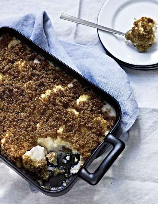 Recette Gratin de chou-fleur au tahini et au miso : Faites cuire le quinoa dans deux fois son volume en eau. Une fois cuit, laissez-le refroidir un peu. Préchauffez le four à th. 6/180°. Faites chauffer l'huile de coco dans une poêle. Ecrasez l'ail pelé avec la paume de la main ou le plat d...
