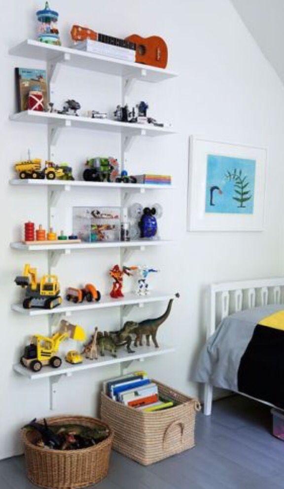 Förvaring kan vara en av de svåraste delarna när det kommer till barnrum! Man vill ha en rent och mysigt rum men samtidigt barnvänligt där man kan förvara leksaker. När jag tänker förvaring till barnrum vill jag ha förvaring efter ålder. Använd väggarna - alla har inte stora rum och d