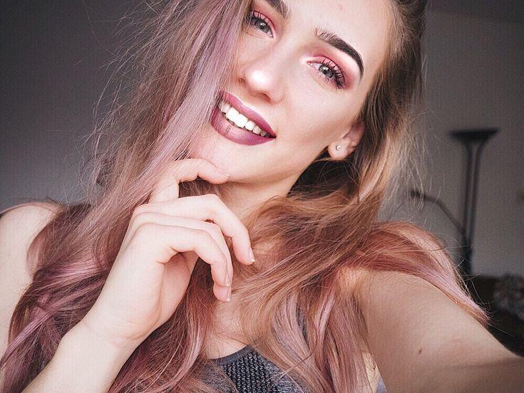 Keep on smiling make up on fleek pink hair dusty white smile winter  bra teen instagram ideas pic gradient lipstick highliter eyebrows eyelashes blush green eyes blonde