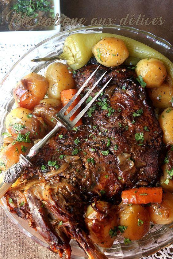 Comment préparer un gigot d'agneau au four rôti avec une cuisson dorée et bien savoureux. Sa viande est fondante, se détachant facilement de son os.