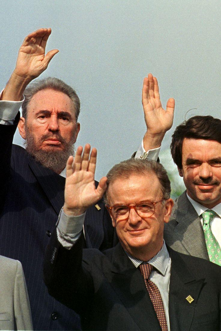 Fidel, Jorge Sampaio (Presidente de Portugal) e José Maria Aznar (primeiro-ministro de Espanha), na foto de família da VII Cimeira Ibero-Americana, em 1997, na Ilha de Margarita (Venezuela)