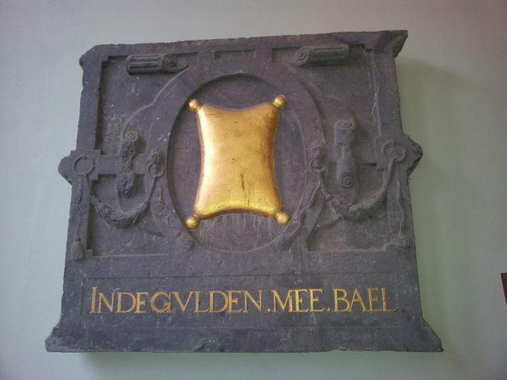 """Gevelsteen in doorgang Oude Delft 137 naar stadskantoor: Deze gevelsteen werd gevonden tijdens archeologisch onderzoek voorafgaande aan de bouw van het bestuurskantoor. Oorspronkelijk sierde de steen de gevel van een huis op de plaats van deze doorgang. Met """"mee"""" wordt bedoeld de rode natuurlijke kleurstof meekrap"""". Onthuld op 1 oktober 1986 door Janneke Kromhout."""