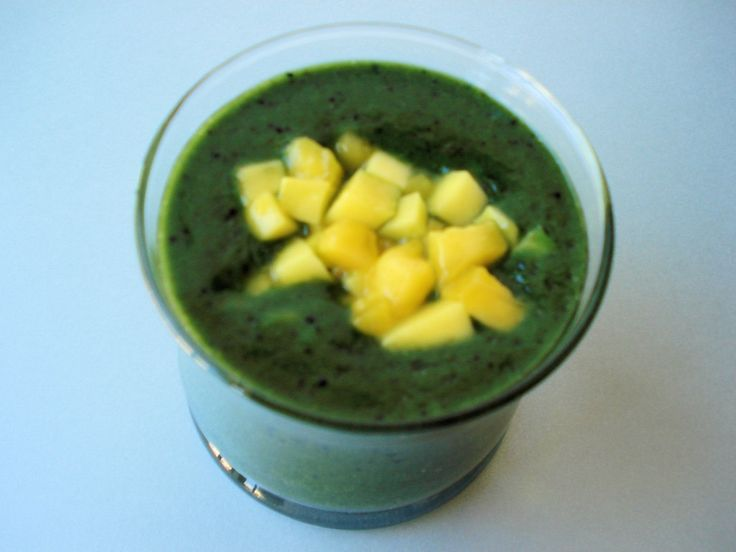 Green tea mango energy smoothie is a great way to start your day off with lots of energy. #vegan #gluten-free