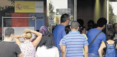 Los jóvenes, presentes en las colas del paro que aún se forman ante las oficinas de empleo en Castellón. - PACO POYATO